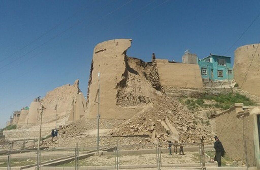 خبرنگاران بخشی از برج قلعه الغزنین در غزنی فرو ریخت