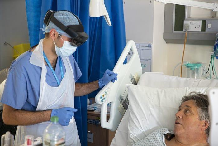 ویزیت بیماران کرونایی با هولولنز